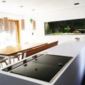 Umbau und Snaierung einer Kücher in Hausach. Hier wurde aus einer angebauten Doppelgarage an einem Mehrfamilienhaus eine neu Küche in moderner Wohnarchgitektur.